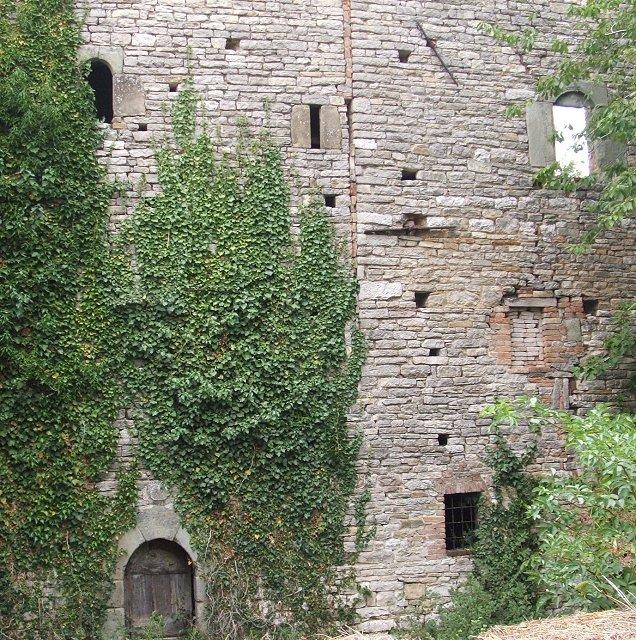 Resti del castello di valorosa a montecanino frazione di - Finestre castelli medievali ...
