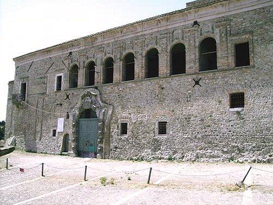 Tutte le fortificazioni della provincia di foggia in - Finestre castelli medievali ...