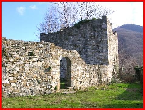 Attimis castello superiore e castello inferiore castelli - Finestre castelli medievali ...